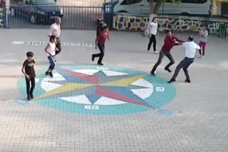 Öğrencilerin Gözü Önünde Öğretmene Dayak Kamerada
